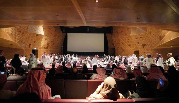 Tässä tunnelmia Riadin elokuvateatterin keskiviikkoisista avajaisista.