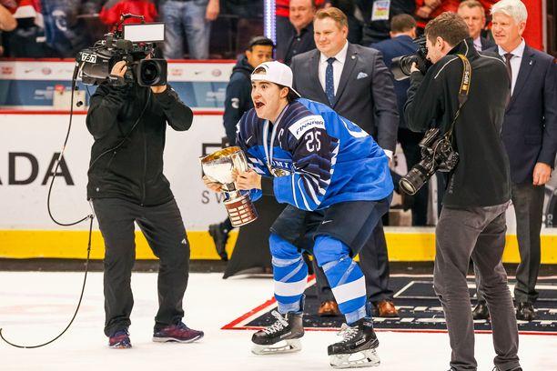 Nuorten Leijonien kapteeni Aarne Talvitie nosti kultapokaalin ilmaan Vancouverin Rogers Arenan jäällä.