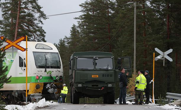 Eilen Raaseporissa kuoli neljä ihmistä ja loukkaantui useita Puolustusvoimien ajoneuvon ja junan törmättyä tasoristeyksessä.