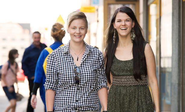 Saara Aalto ja Meri Sopanen saapuivat tiistaina kosmetiikkasarjan lanseeraustilaisuuteen Helsingissä. - Kokeilimme hiljattain viiden päivän mehupaastoa. Olo oli energinen, kun kuona-aineet lähtivät liikkeelle, he kertoivat.