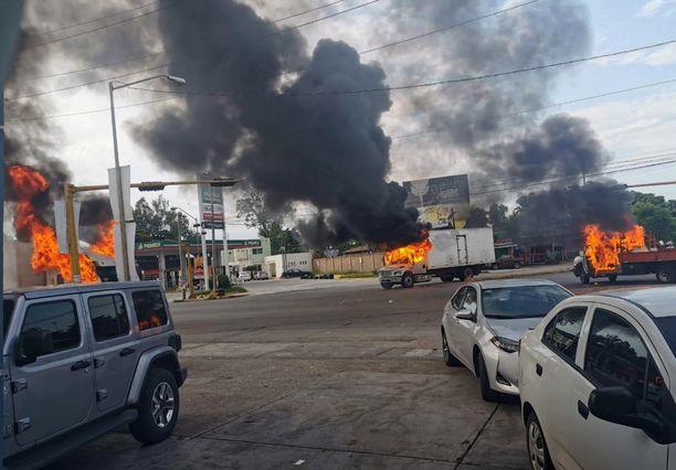 Kuvassa tulitaistelua Culiacanista Meksikosta, jossa torstaina pidätettiin El Chapon poika Ovidio Guzman.