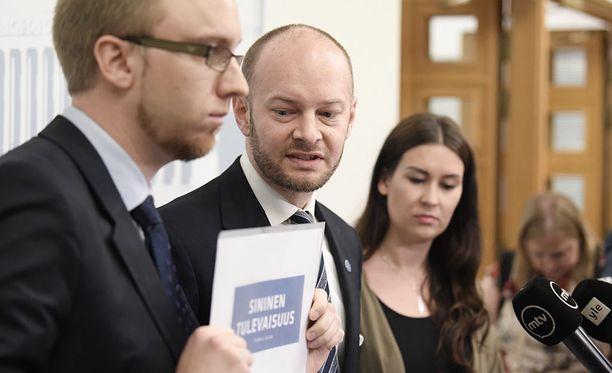 Simon Elo, Sampo Terho ja Tiina Elovaara kertoivat kesäkuussa uuden puolueen nimen olevan sininen tulevaisuus.