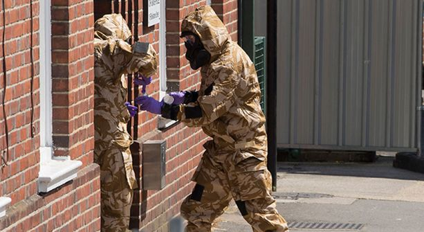 Tajuttomina asunnostaan löytyneen pariskunnan kotia tutkittiin Salisburyssa