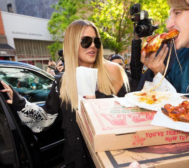Pizzakin saa kuulua ruokavalioon, kunhan sitä syö kohtuudella, Khloé tietää.