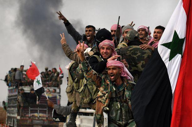 Syyrialaissotilaita matkalla etulinjaan Tel Tamirissa Syyriassa.