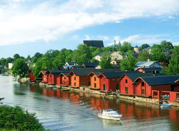 Suomeen matkustetaan eniten kesäkuukausina.