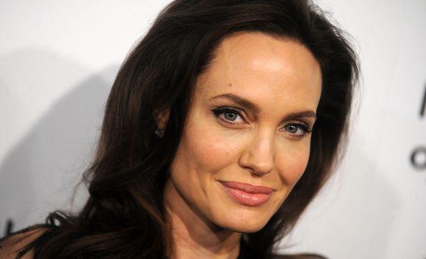 Angelina Jolie on päätynyt poistattamaan itseltään molemmat rinnat, munasarjat ja munanjohtimet.