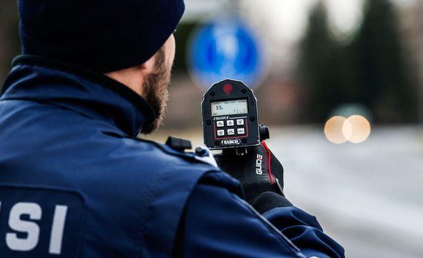 Nykyisin poliisi antaa tapahtumapaikalla kuljettajalle sakkolapun eli rangaistusvaatimuksen, jonka syyttäjä myöhemmin vahvistaa.