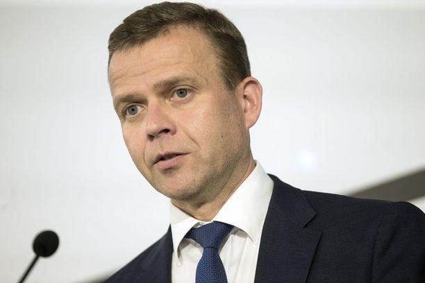 Kokoomuksen puheenjohtaja Petteri Orpo kehuu Auraa vaalivideolla. Uudenmaan kokoomuksen toiminnanjohtajan mukaan Orpo ei tiennyt Auran rikostaustasta.