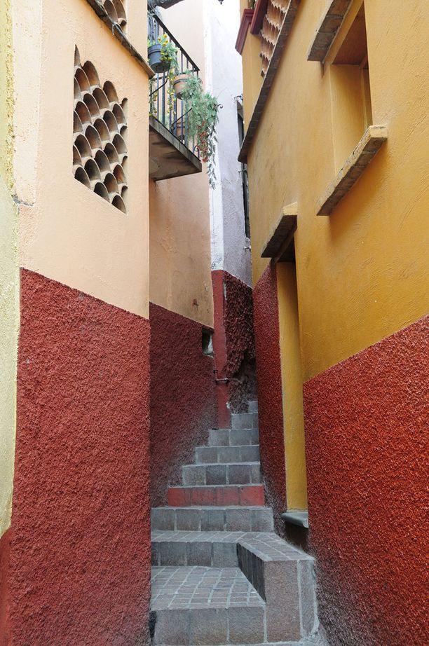 Callejon del Beso ja onnea tuova punainen rappunen, jolla Carlosin hengen kerrotaan yhä viipyilevän. Yläpuolella Anan parveke.
