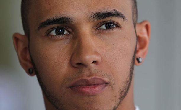 Lewis Hamilton jahtaa Red Bull -kuskien päänahkoja.