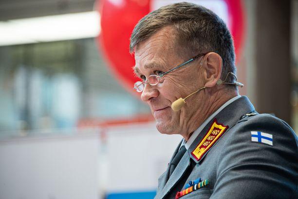 Kenraaliluutnantti Esa Pulkkinen puhumassa turvallisuudesta Porin Suomi-areenalla heinäkuussa 2018.