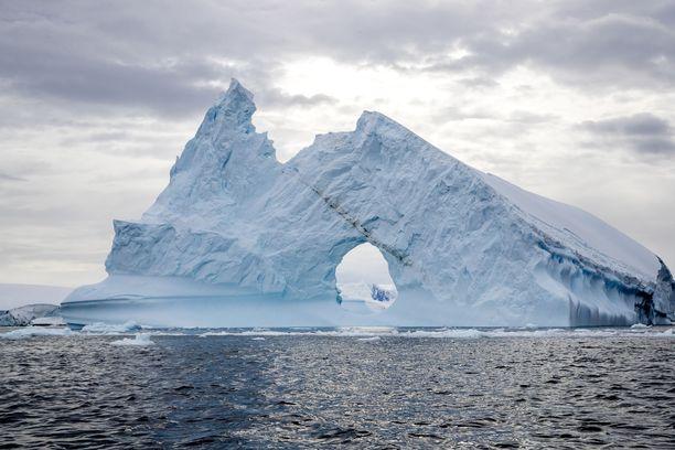 Jäävuori Etelämantereella. Etelämantereella on varastoituna 70 prosenttia maailman makeasta vedestä.