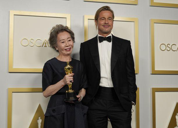 Brad Pitt julisti Youn Yuh-jungin Oscar-palkinnon saajaksi.