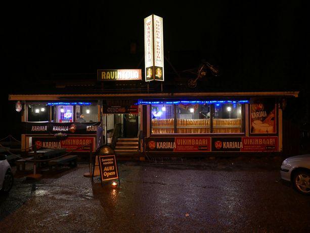 Lauantai-iltana Vikin baari veti asiakkaita jopa parinkymmenen kilometrin matkan takaa.
