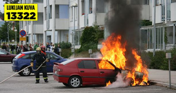 Auto tuhoutui parkkipaikalla syttyneessä tulipalossa täysin.