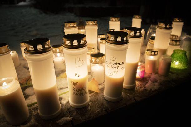 Arabianrannassa henkirikoksen uhriksi joutuneelle pojalle pidettiin muistotilaisuus pian surman jälkeen.