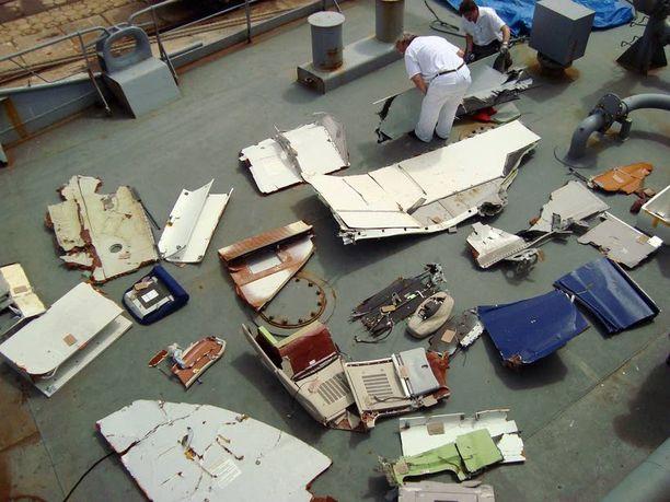 Brasilian laivasto julkaisi kuvia merestä nostetuista kappaleista.