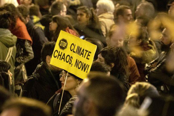 Madridin ilmastokokouksen aikana mielenosoittajat protestoivat tehottomia toimia vastaan.