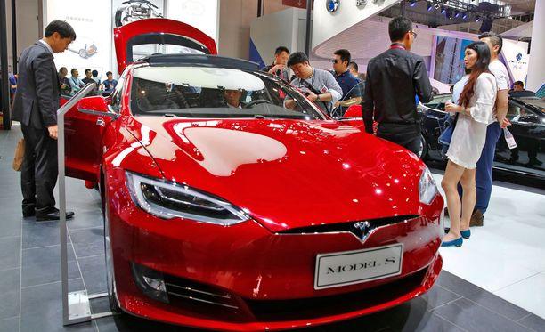 Teslan autopilotti lanseerattiin viime lokakuussa. Samalla yhtiö tähdensi, että odotettu toiminto on vasta beta-vaiheessa, ja suositteli pitämään käsiä aina ratissa.