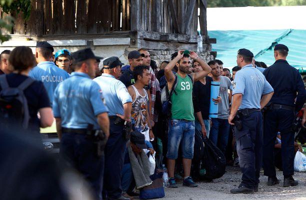 Pakolaisvirta on kääntynyt Kroatiaan ja pieneen rajakylään nimeltä Tovarnik.