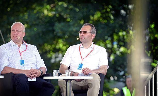 Puolustusministeri Jussi Niinistö puhui Suomi-areenassa.