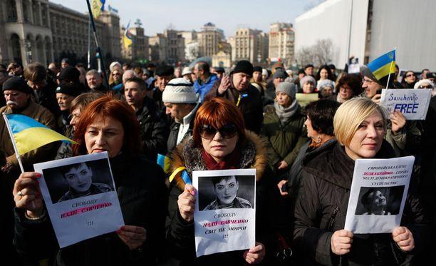Sadat mielenosoittajat mellakoivat Venäjän lähetystön edessä.