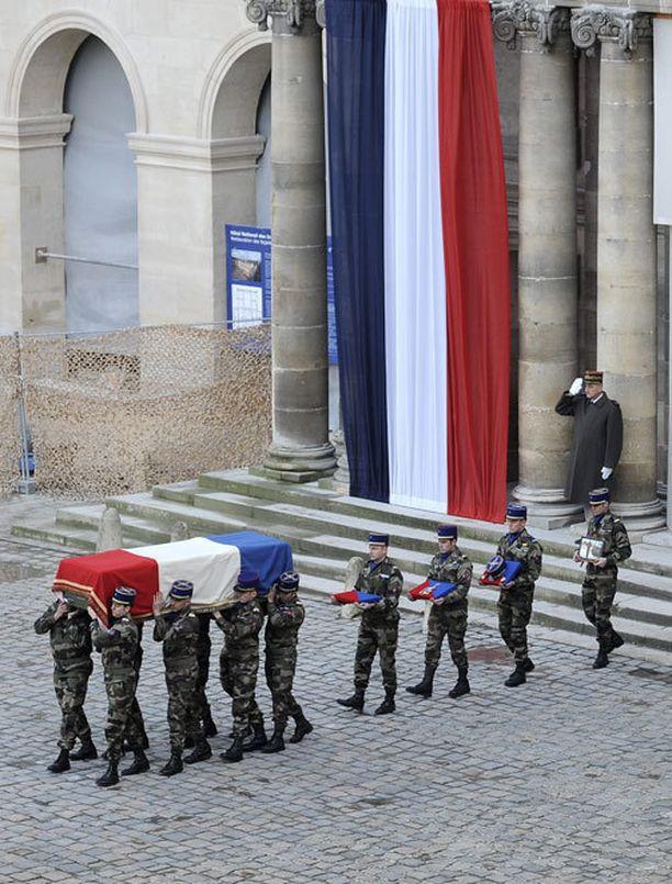 Ranskassa järjestettiin sotilashautajaiset Malissa kuolleelle helikopteripilotille viime viikolla.