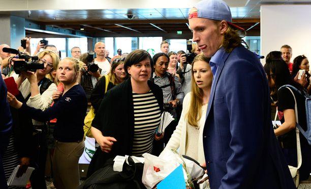 Patrik Laine saapui lentoaseman tuloaulaan tyttöystävänsä Sanna-Mari Kiukaksen kanssa. Taustalla Jääkiekkoliiton viestintäpäällikkö Henna Malmberg.