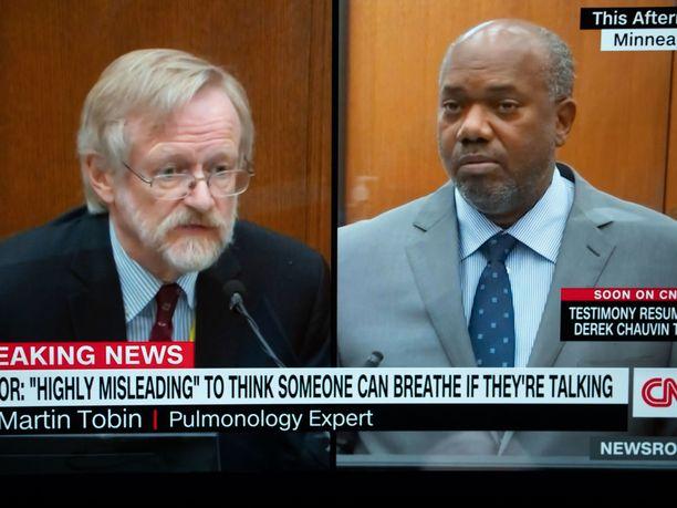 Syyttäjän asiantuntija, lääkäri Martin Tobin (vasemmalla) kertoi oikeudelle, että George Floyd kuoli hapenpuutteeseen.