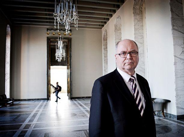 Puhemies Eero Heinäluoma on pyrkinyt tekemään töitä normaalisti puolisonsa kuoleman jälkeen.