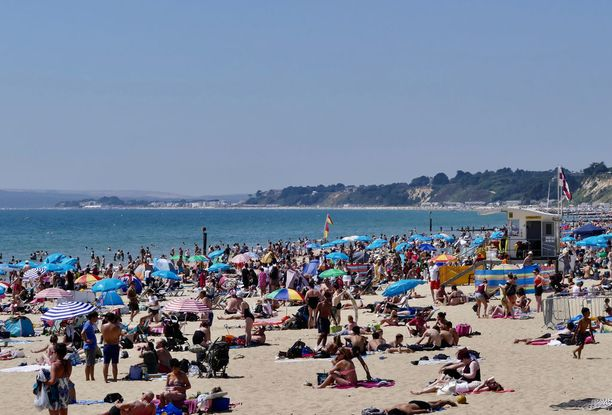 Bournemouthin rannalla on suosittuina päivinä ruuhkaa.