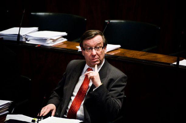 Kansanedustaja Kari Rajamäki (sd) sai omien ja vieraiden vihat niskaansa torpattuaan hallituksen esityksen paperittomien terveyspalveluista.