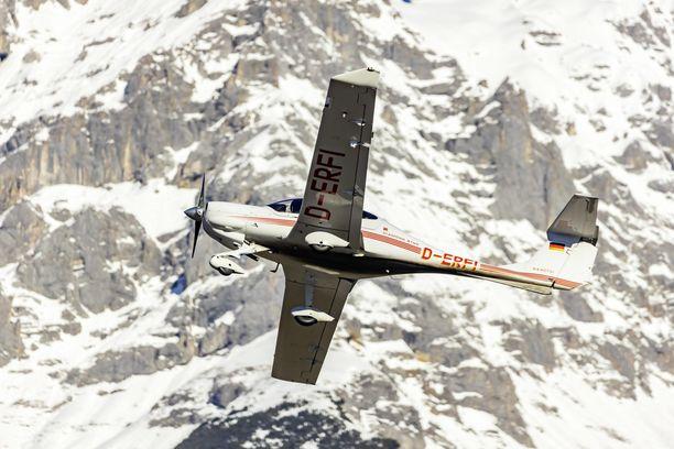Toinen turmakoneista oli DA40-mallinen matkustajalentokone. Kuvan lentokone ei liity tapaukseen.