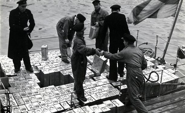 Tulli takavarikoi salakuljettajien 7000 litran sprii-lastin 1930-luvulla.