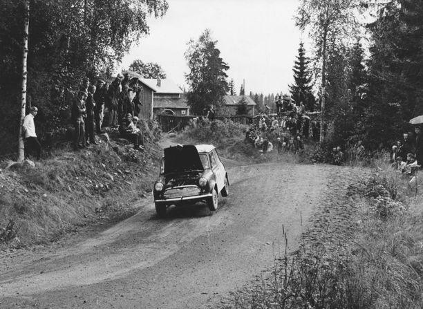 Edes konepellin aukeaminen ei pysäyttänyt Timo Mäkistä.