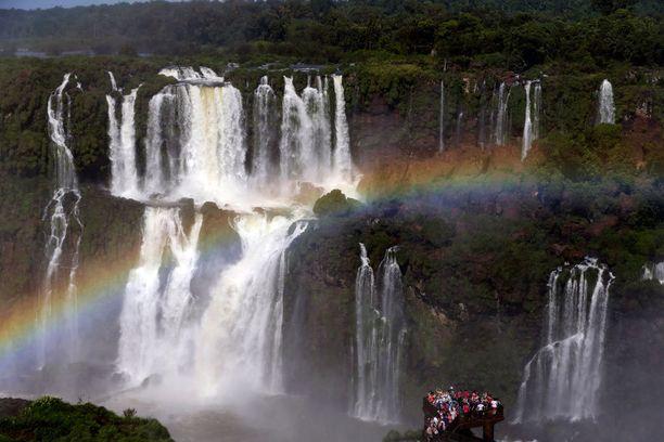 BRASILIA Sateenkaari tervehtii turisteja Iguazu-putouksilla. Vesiputoukset sijaitsevat Argentiinan ja Brasilian rajalla.
