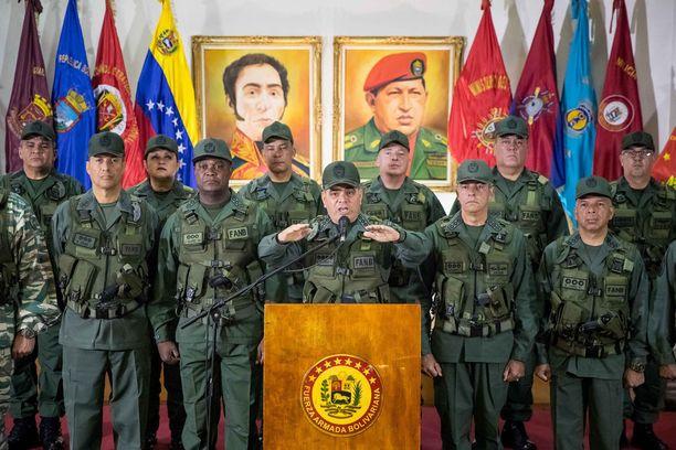 Venezuelan puolustusministeri Vladimir Padrino Lopez (keskellä) antoi sunnuntaina lausunnon liittyen lauantaiseen presidentin murhayritykseen.
