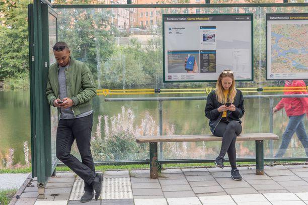 Se, etteivät suomalaiset keskustele herkästi toisilleen vaikkapa bussipysäkillä, ei välttämättä ole merkki suomalaisten taitamattomuudesta rupatella.
