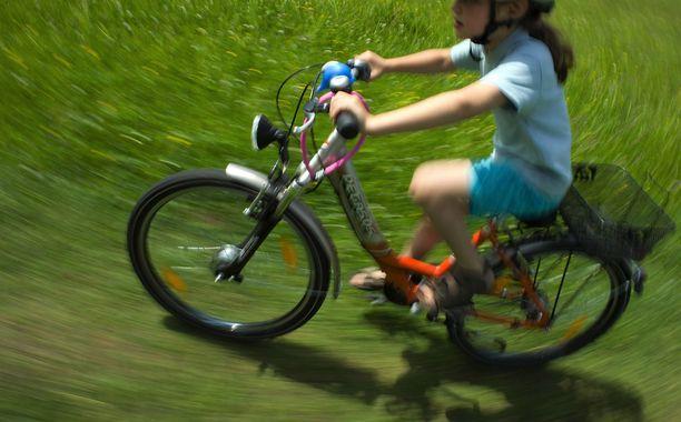 Tyttö ajoi pyörällään paikalta poistuvan auton perään ja ehti nähdä rekisterinumeron. Kuvituskuva.