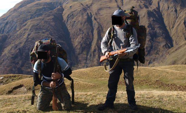 Keskusrikospoliisin esitutkintakuva liittyen väitettyyn terroristisessa tarkoituksessa tehtävän rikoksen valmisteluun. Kuvissa esiintyvät henkilöt ovat suomalaisia. Kuvat on otettu joko Syyriassa tai Georgiassa.