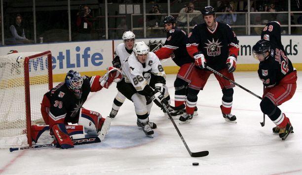 Mario Lemieux (keskellä) teki 915 NHL.n runkosarjaottelussa käsittämättömät pisteet 690+1033=1723.