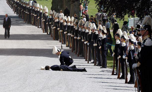Sotilas ehti maata maassa hetken, ennen kuin hänet autettiin takaisin jaloilleen.
