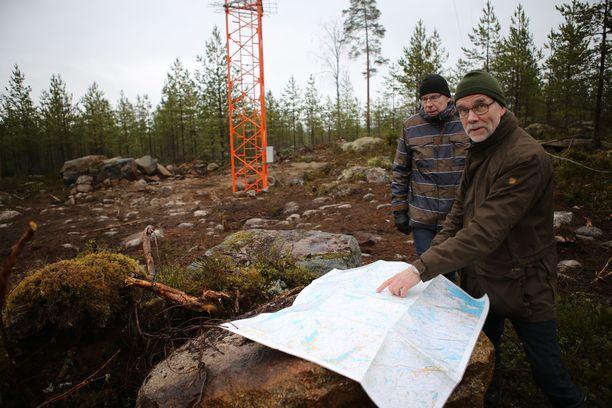 Kimmo Aspholm ja Jussi Liimatainen kukkulalla, jonne on jo pystytetty korkea masto tuulen mittausta varten.