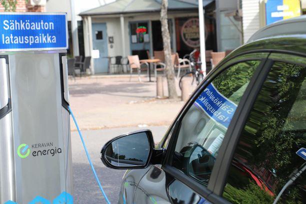 Kun työsuhdeautoilija alkaa tankata sähköä, niin maailma voi muuttua.