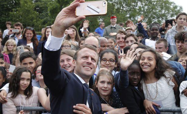 Ranskan presidentti Emmanuel Macron otti selfien nuorten kanssa maanantaina maan entisen presidentin Charles de Gaullen muistojuhlassa lähellä Pariisia.