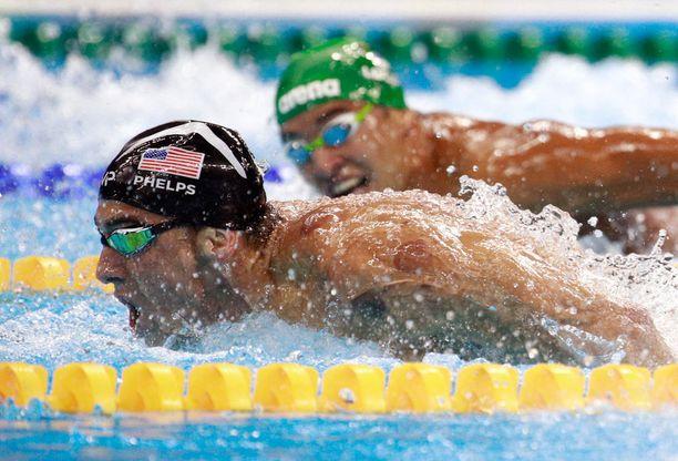 Michael Phelps karkaa Chad le Closilta, joka ei voi kuin katsoa kultakalan menoa.