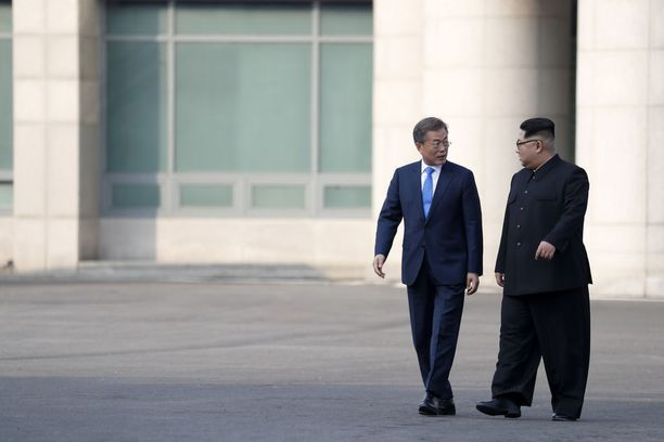 Kim Jong-un ja Moon Jae-in huhtikuun lopulla. Miesten välillä ei juuri näytä olevan kokoeroa.