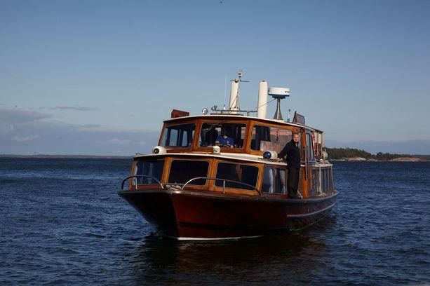 Reittivene vie Sipoon saaristossa sijaitsevaan Kaunissaareen.