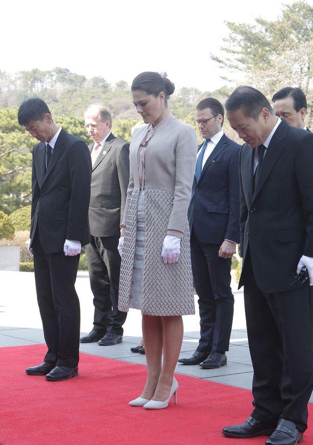 Kruununprinsessa Victoria osoittaa kunnioitustaan Korean sodan uhreille hautausmaavierailulla Soulissa.